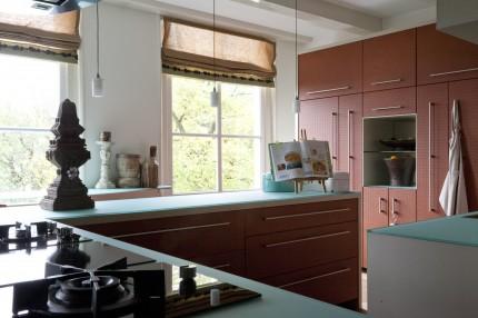 Keuken met leer beklede deurtjes (overzicht)