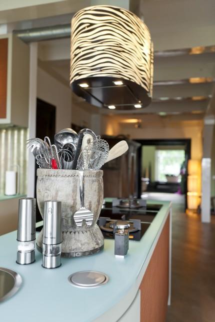 Keuken met leer beklede deurtjes glazen blad - Keuken glas werkplaats ...