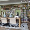 eiken boekenkast met trap (schuin vooraanzicht)