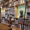 eiken boekenkast met trap (schuin zijaanzicht)